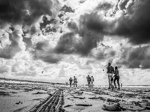 Strandwandeling terwijl de wolken dreigen