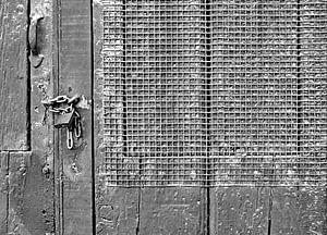 Gesloten deur met raster