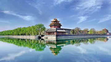 Paleismuseum Peking weerspiegeld in een blauw kanaal van Tony Vingerhoets