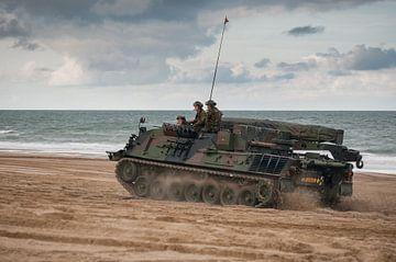 Tank op strand scheveningen van Erik van 't Hof