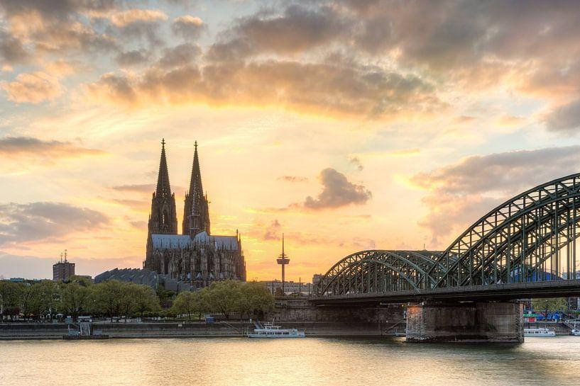 Glowing skies over Cologne van Michael Valjak