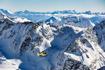 Helicopter boven de alpen met de Italiaanse Dolomieten in de achtergrond van