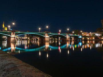 Francfort la nuit avec pont sur Mustafa Kurnaz