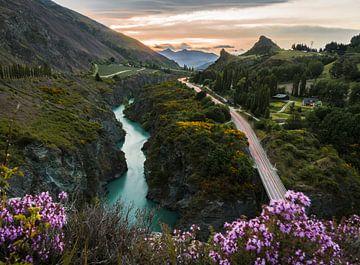 Rivier parallel aan snelweg in Nieuw Zeeland nabij Queenstown. van Niels Rurenga