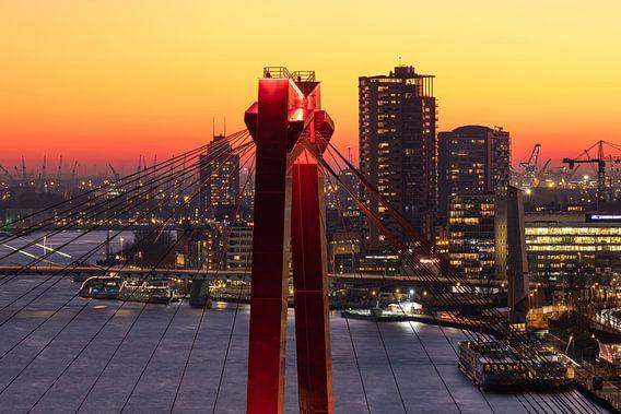 Het puntje van de Willemsbrug in Rotterdam tijdens zonsondergang