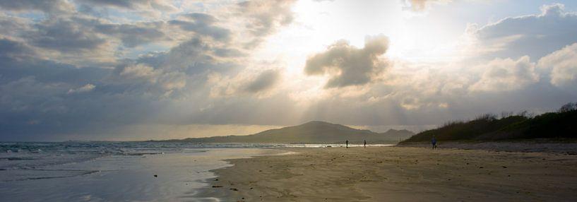 Zonnestralen op  strand van Jos van Ooij