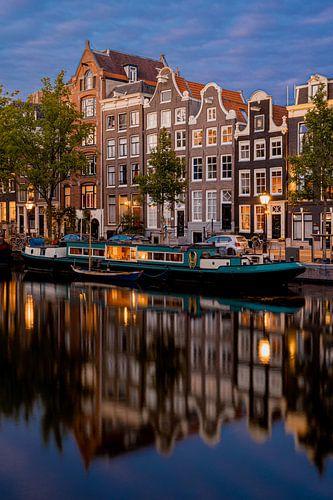Singel gracht Amsterdam tijdens het blauw uur
