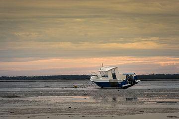 Boot am Strand bei Ebbe in der Normandie