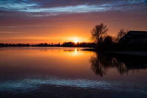 Zonsondergang over water bij Earnewâld van Tilja Jansma