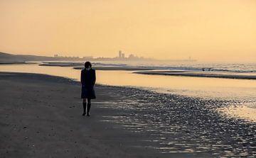 De strandwandelaarster van Mieneke Andeweg-van Rijn
