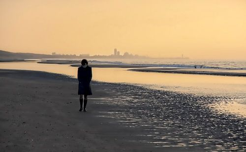 Lone Wanderer am Strand von Mieneke Andeweg-van Rijn