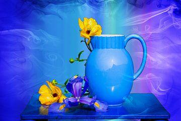 Voorjaar Lente bloemen in blauwe vaas achtergrond Blauw turquoise lila van ellenilli .