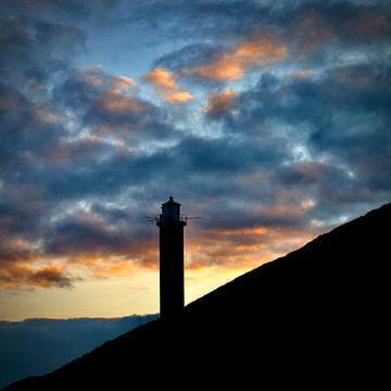 Vuurtoren tijdens zonsondergang. van Sander Rodrigues