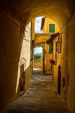 Een typisch Italiaans straatje in Montepulciano, Toscane, Italië van Discover Dutch Nature