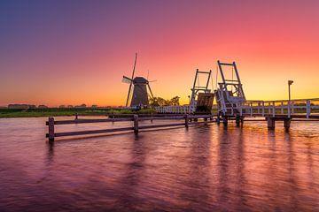 Sonnenuntergang mit Mühle und Brücke von Björn van den Berg