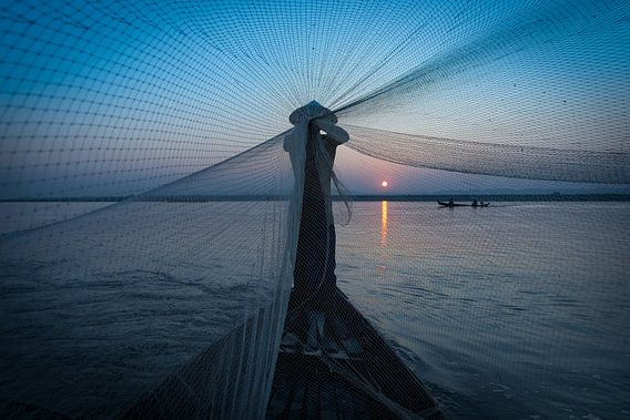 Visser vouwt zijn netten op de road to Mandelay in Myanmar. Wout Kok One2expose Photography van Wout Kok