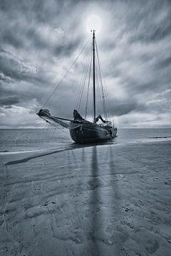 Drooggevallen zeilschip op een zandbank op de Waddenzee van Bas Meelker