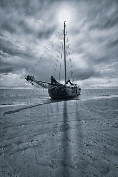 Drooggevallen zeilschip op een zandbank op de Waddenzee