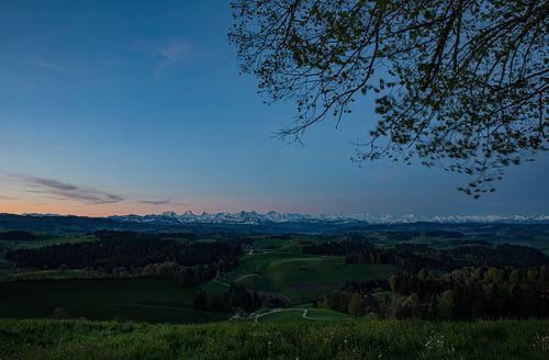 Dämmerung über dem Emmental hin zu den Berner Alpen beim Sonnenaufgang