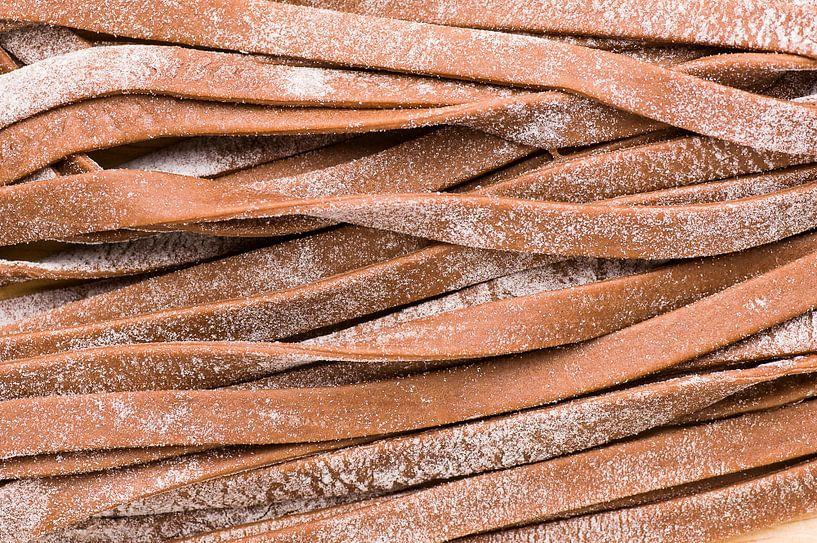 Verse cacao tagliatelle pasta (detail) van Wijnand Loven