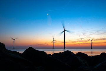 Draaiende windmolens in het avondlicht van