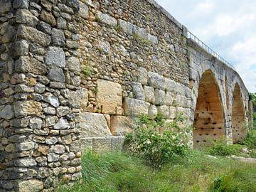 Stenen Romeinse boogbrug Pont Julien over de rivier de Calavon in de omgeving van Apt (Frankrijk) van Gert Bunt