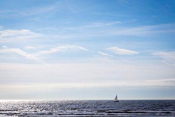 Zeilbootje op zee bij Schoorl van Evelien Oerlemans
