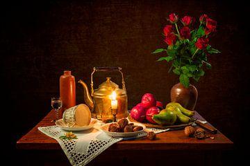 Stilleben: Esstisch mit roten Rosen
