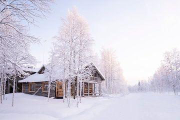 Chalet im Schnee in Finnisch-Lappland von elma maaskant