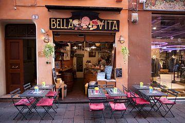 Straatbeeld in Bologna, Italië van Kees van Dun