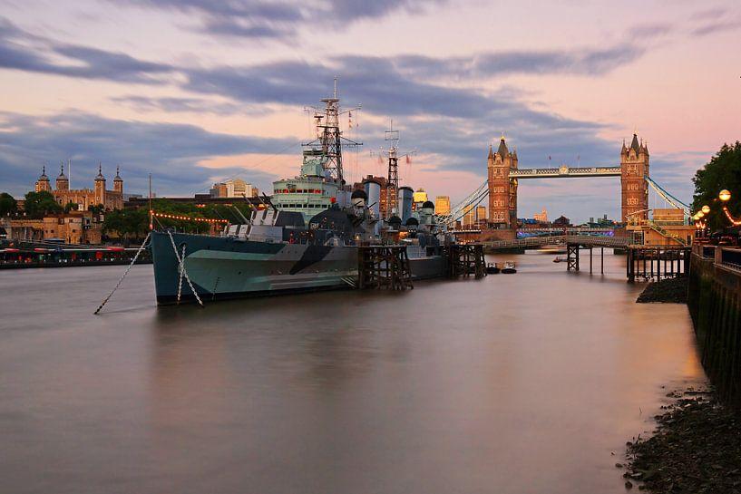 Londres - Tower Bridge et le navire de guerre HMS Belfast sur Frank Herrmann