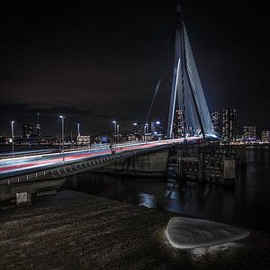 Eramusbrug bij nacht