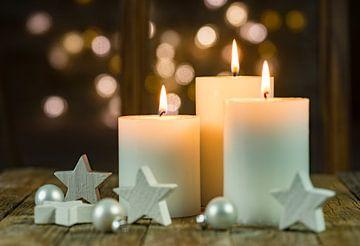 Advent- en kerstkaarsen met witte stervormen van Alex Winter