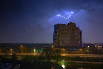 Gewitter über dem Gasunie-Gebäude in Groningen von Marcel Kerdijk