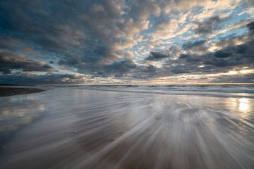 Terugtrekkend water op het strand van Michel Knikker