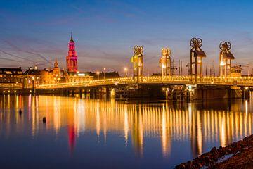 Stadsbrug van Kampen met op de achtergrond de rood verlichte Nieuwe Toren van Paul Kaandorp