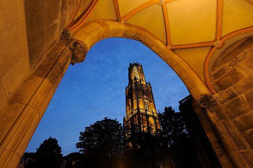 Domtoren in Utrecht gezien vanuit toegangspoort naar pandhof Domkerk