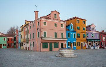 Bunte Häuser auf der Insel Burno neben der Altstadt von Venedig, Italien von Joost Adriaanse
