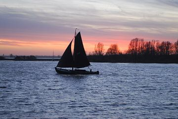 Botter op het Water bij zonsondergang van Brian Morgan