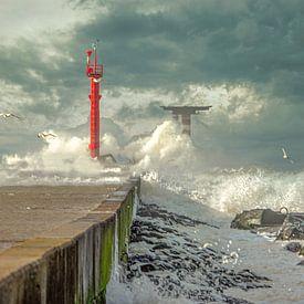 Storm op de pier van Leo Luijten