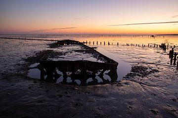 Scheepswrak bij zonsopkomst bij de Waddenzee van