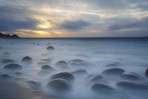 Zwevende stenen aan strand (Lofoten) van