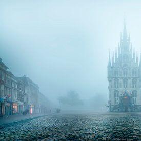 Historische stadhuis van Gouda in de mist voorkant van Gouda op zijn mooist