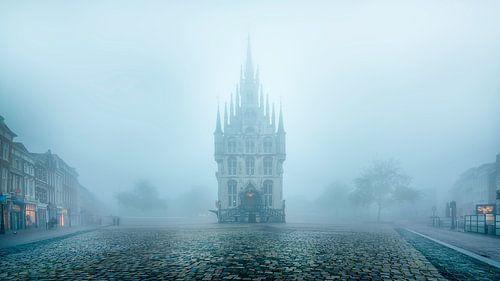 Historische stadhuis van Gouda in de mist voorkant van Remco Gielen