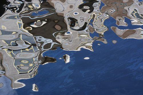 Abstracte foto van Escher-achtige reflectie van