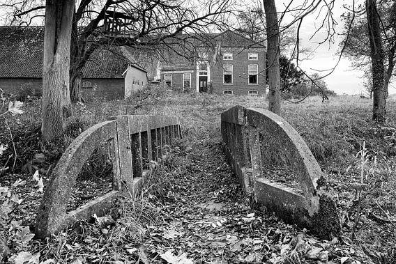 Vervallen boerderij in de provincie Groningen (zwart-wit)