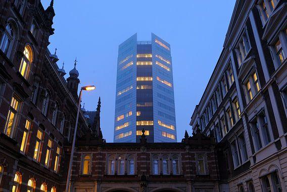 Zicht op hoofdkantoor Nederlandse Spoorwegen aan het Moreelsepark in Utrecht van Donker Utrecht