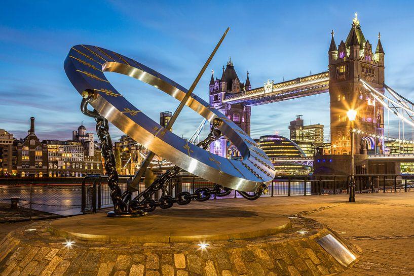 London Tower Bridge en zonnewijzer van Frank Herrmann