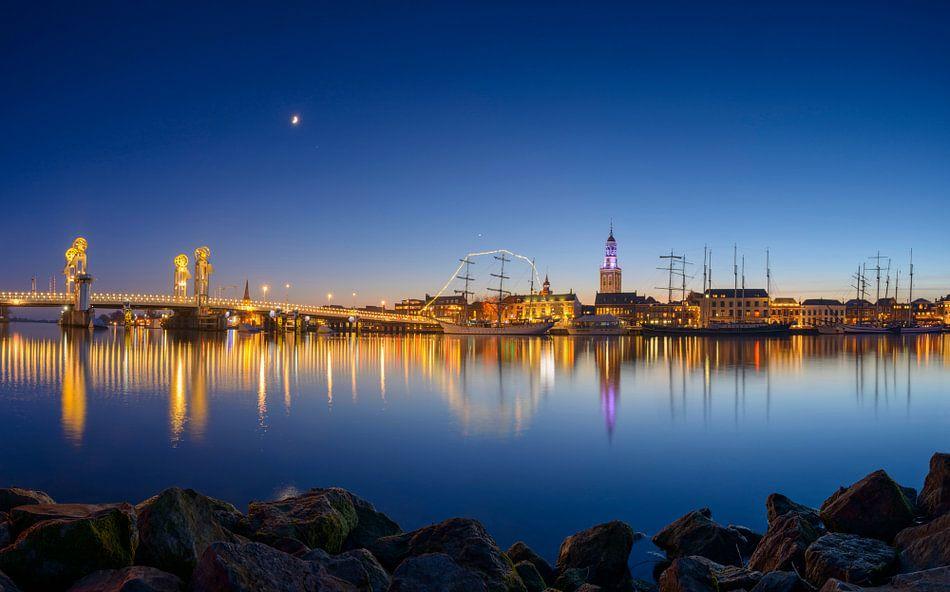 Kampen in de avond met de IJssel in de voorgrond