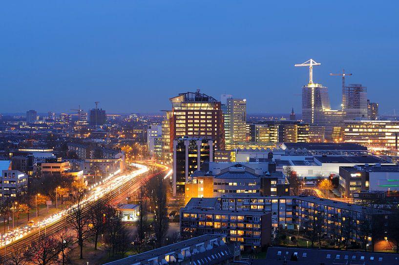 Uitzicht op het stationsgebied van Utrecht met de Graadt van Roggenweg van Donker Utrecht